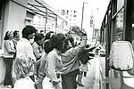 Un dernier au revoir avant le départ pour un séjour de plusieurs semaines en août 1975. 33Fi6-45