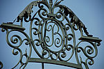 B, le monogramme de Bourneville, surplombant le portail en fer forgé de la fin du XIXe siècle à l'entrée du parc. © Cyril Ananiguian