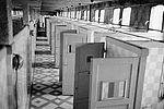 L'enfilade des cabines aux bains-douches municipaux © Archives municipales
