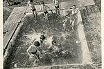 Séance baignade à La Peyre dans les années 1960. La piscine est un peu rustique...33Fi6-130