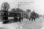 Le tramway, ligne Châtelet-Vitry. Noter l'ancienne mairie dans le fond. © Archives municipales