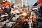 Les deux premiers rails du Tram 9 ont été soudés près du centre de collecte pneumatique, avenue Rouget-de-Lisle.