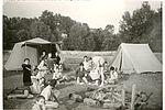 Le camping est l'occasion d'apprendre à se débrouiller ! Camping à Dorat (Auvergne) en 1966. NC, album photos