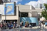 La place Jean-Vilar, parvis du théâtre est également un lieu e manifestations artistiques. © Alexadre Bonnemaison