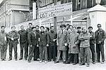 Les salariés de l'entreprise Air Liquide en face de leur usine, durant la grève. © Ibid. 32Fi1